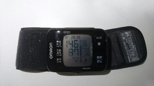 手首式血圧計で測定