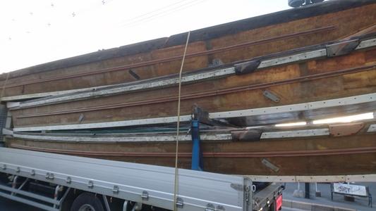亀岡名物「保津川下り」用船をトラックで回送中