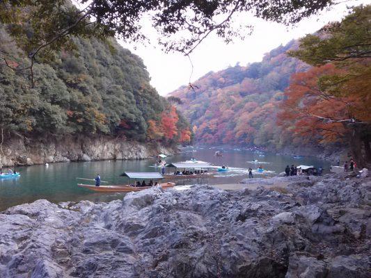 古都京都、嵐山。前方(下流側)には「渡月橋」。左を上流へ進めば亀岡市へ。保津川下りも、ここ桂川を・・・